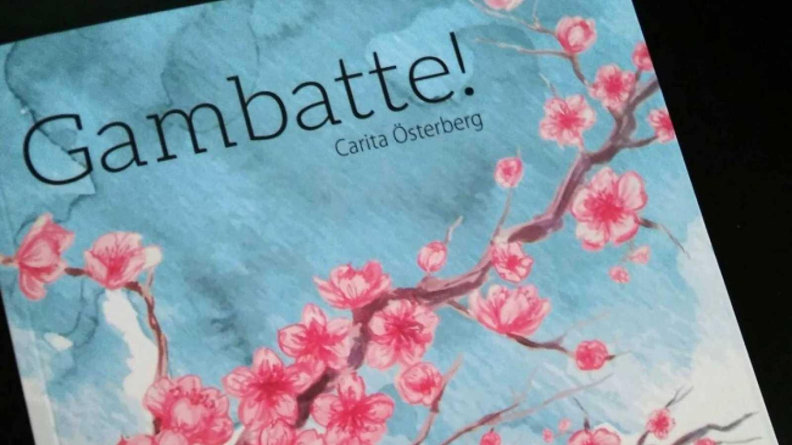 Kirjaesittelyssä Carita Österbergin Gambatte © Salla